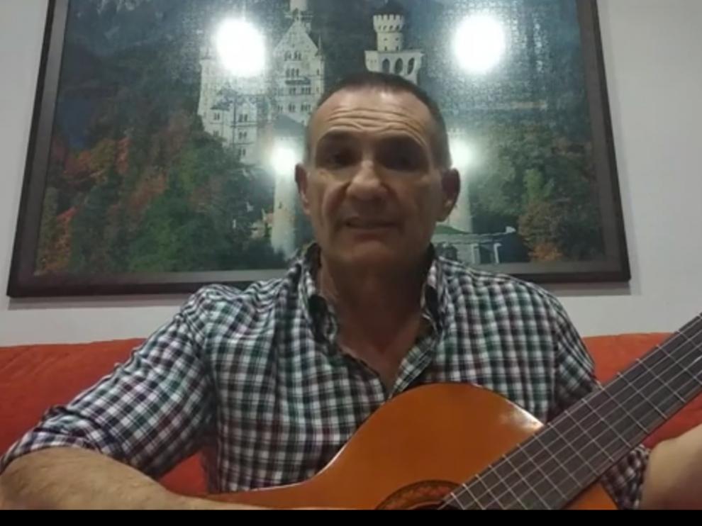 Toño Sánchez, con su guitarra en el vídeo colgado en Youtube.