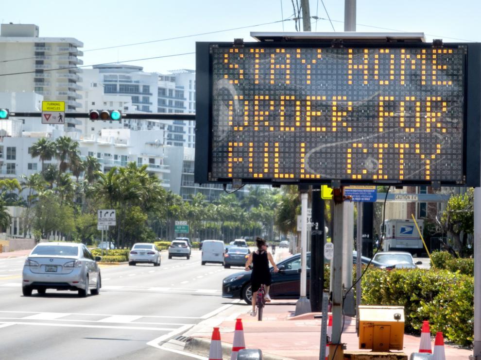 Un cartel luminoso en Miami indica a los ciudadanos que deben quedarse en casa.