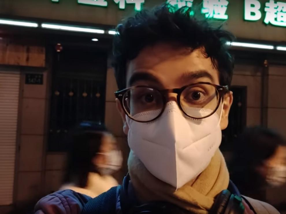 El zaragozano Javier Ferrández, en uno de sus vídeos. Tras él, dos jóvenes con mascarilla.