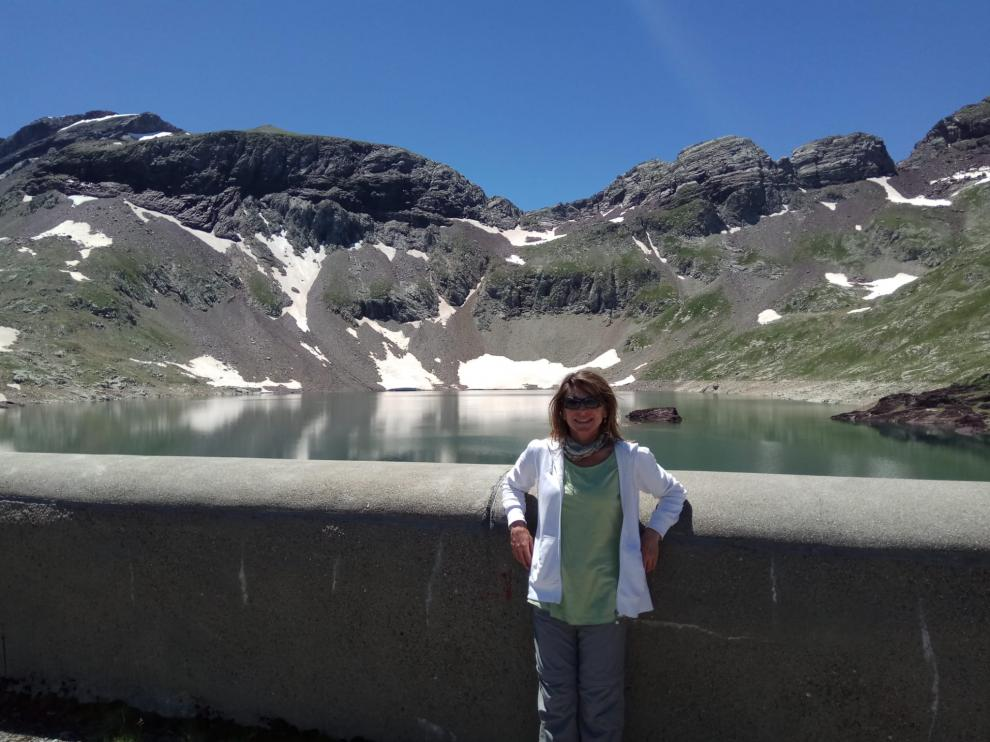 Paz Agraz, presidenta de la asociación, frente al lago de Urdiceto, en Bielsa.