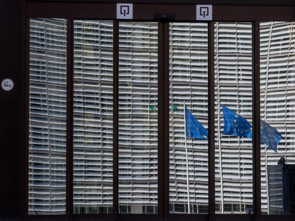 Banderas de la Unión Europea ondean frente a las puertas cerradas del edificio de Consejo Europeo en Bruselas