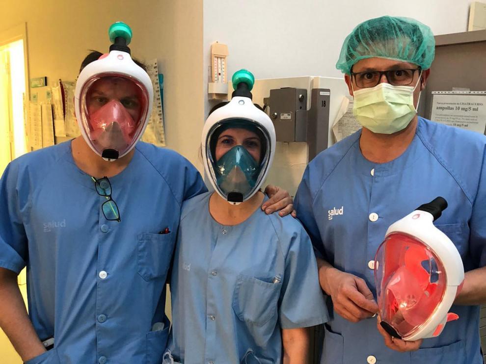 Sanitarios del hospital Royo Villanova de Zaragoza posando con las máscaras