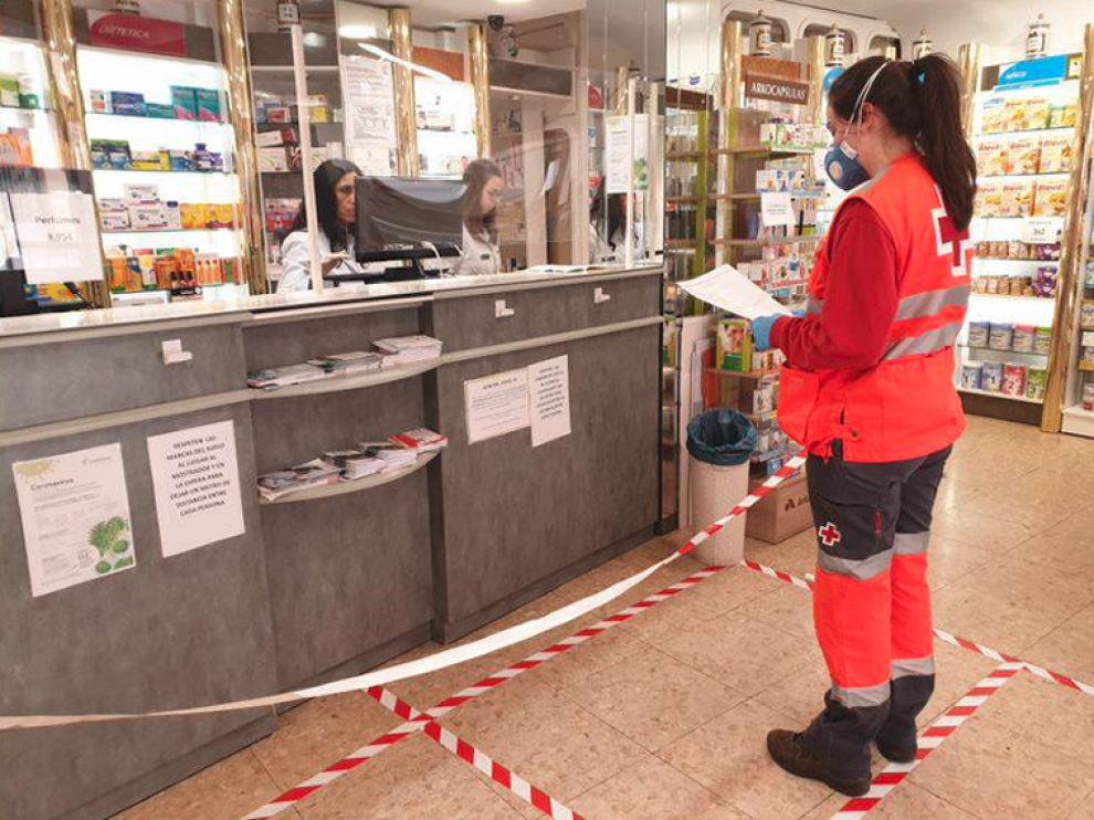 Los farmacéuticos y Cruz Roja han suscrito un acuerdo para llevar las medicinas a casa a quien lo necesite.