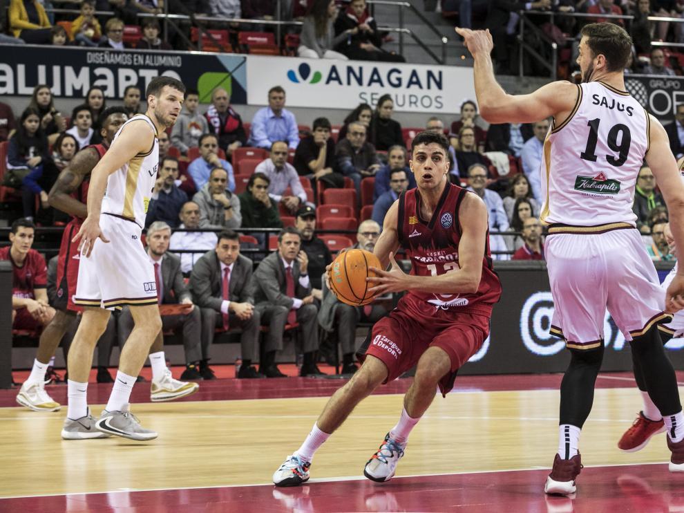 Carlos Alocén ataca el aro rival en el partido ante el Lietkabelis