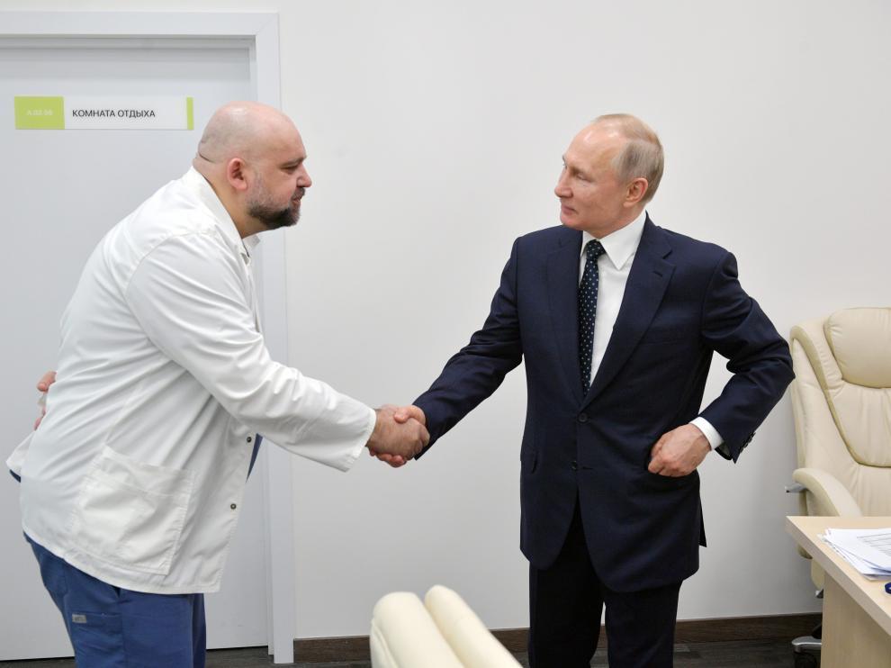 Dennis Protsenko, que ha dado positivo en coronavirus, estrecha la mano a Vladimir Putin el pasado 24 de marzo