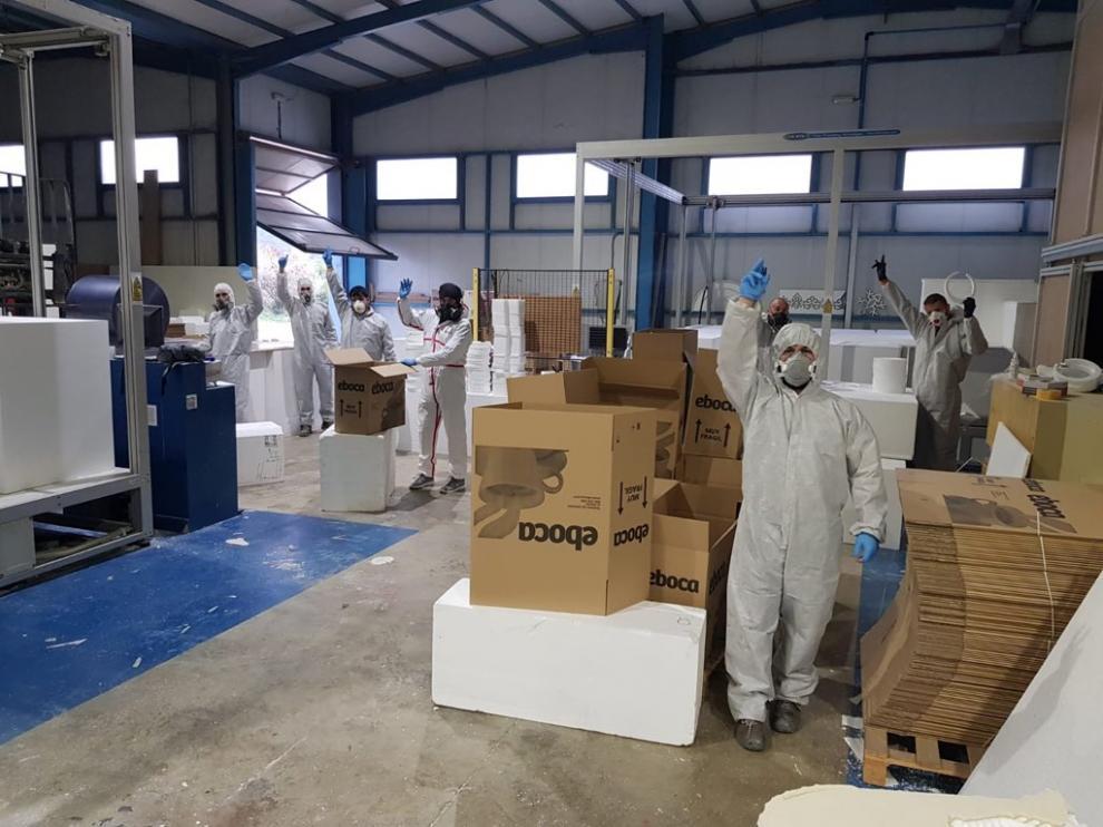 Los trabajadores de Tecmolde fabrican pantallas protectoras en Loporzano.