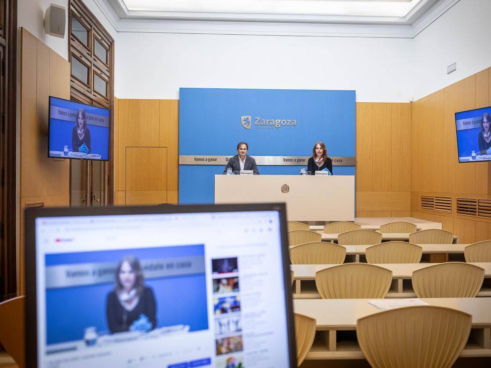 El concejal de Acción Social, Ángel Lorén, y la edil de Economía, Carmen Herrarte, durante la rueda de prensa ofrecida este miércoles de forma telemática.