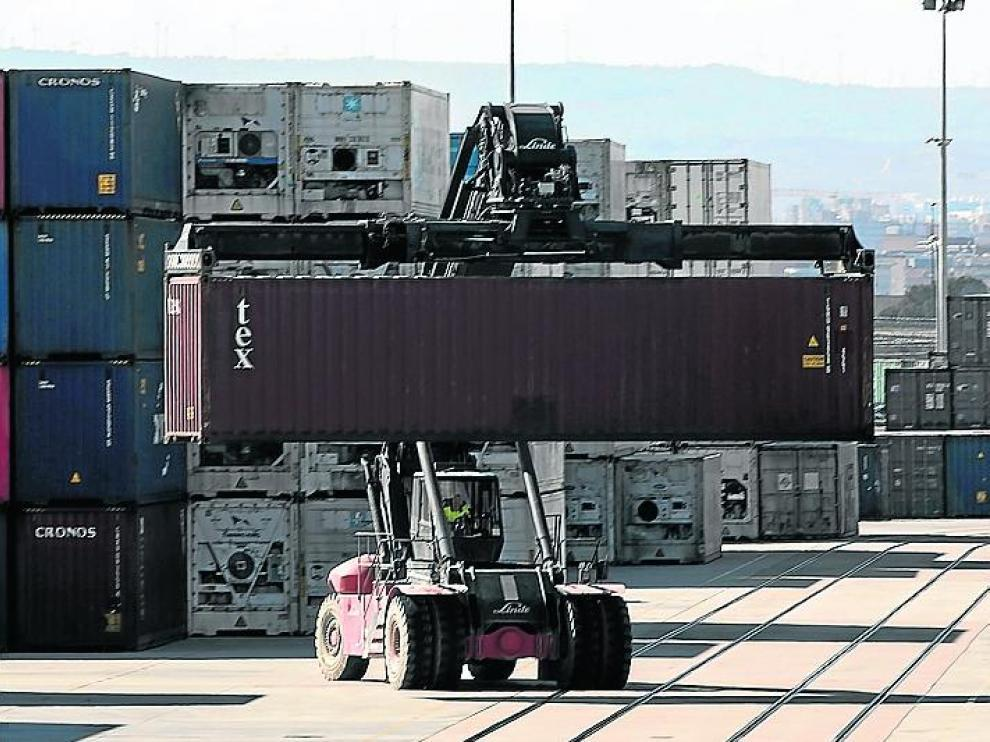 El Gobierno permite que la industria exportadora mantenga su actividad para cumplir sus contratos con clientes internacionales.