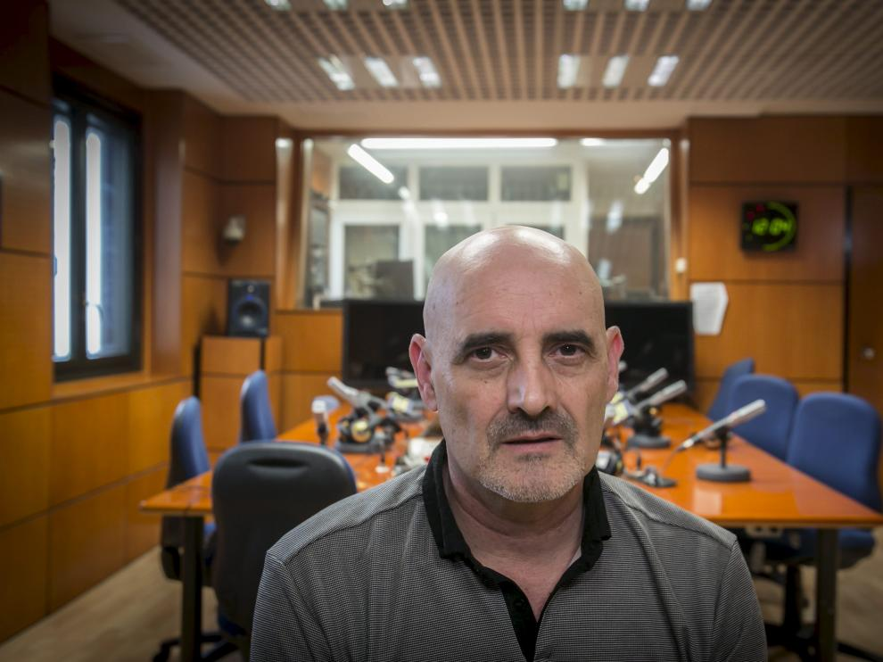 Miguel Mena publica 'Canciones tristes que te alegran la vida'.