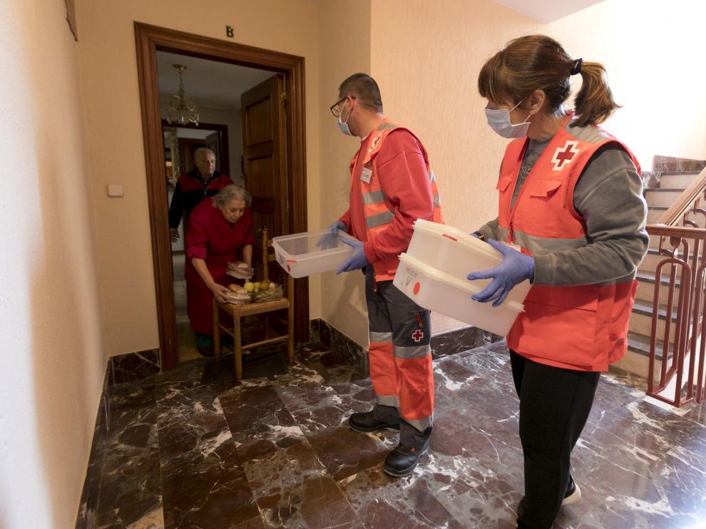 Voluntarios de Cruz Roja en Huesca repartiendo comida.