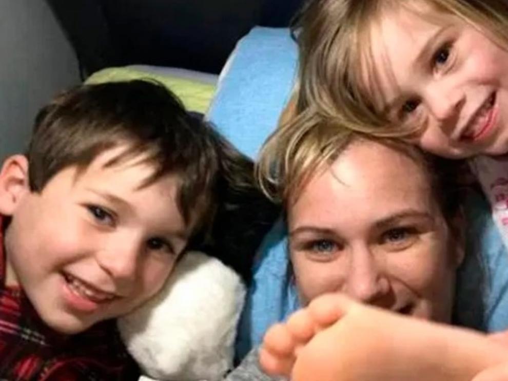 Maeve, con su hijo Gideon y su otra hija