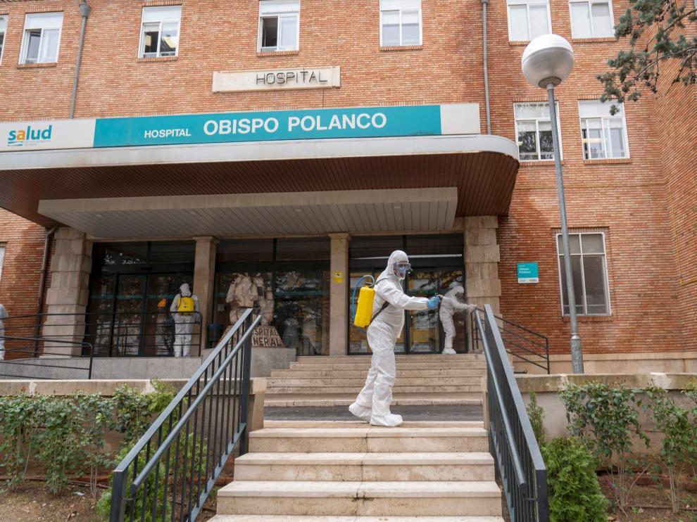 GRAF8777. TERUEL, 18/03/2020.- Miembros de la Unidad Militar de Emergencias (UME), desinfectan los alrededores del Hospital Obispo Polanco de Teruel. EFE/Antonio Garcia. [[[HA ARCHIVO]]]