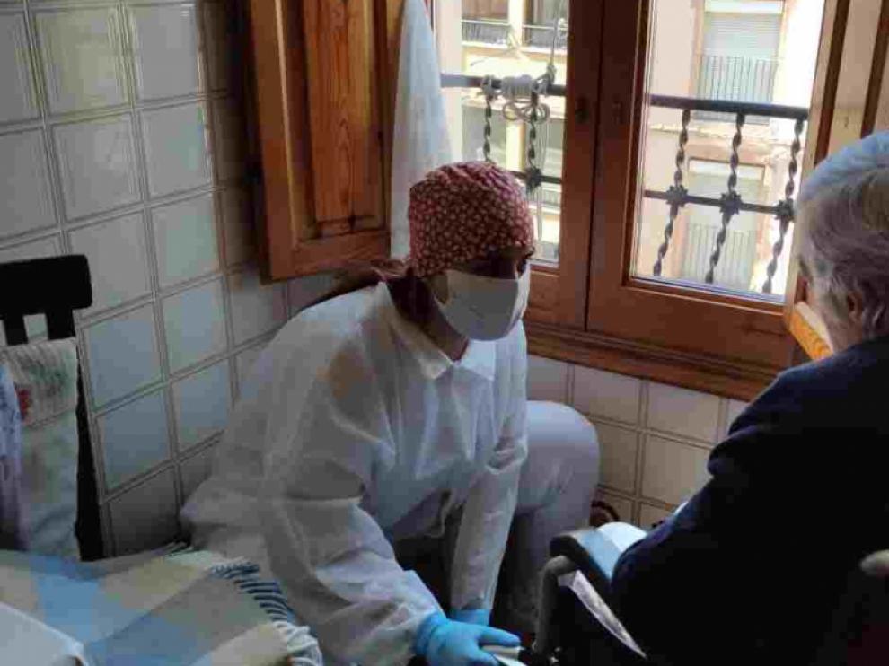 Una profesional presta ayuda a domicilio en La Ribagorza.