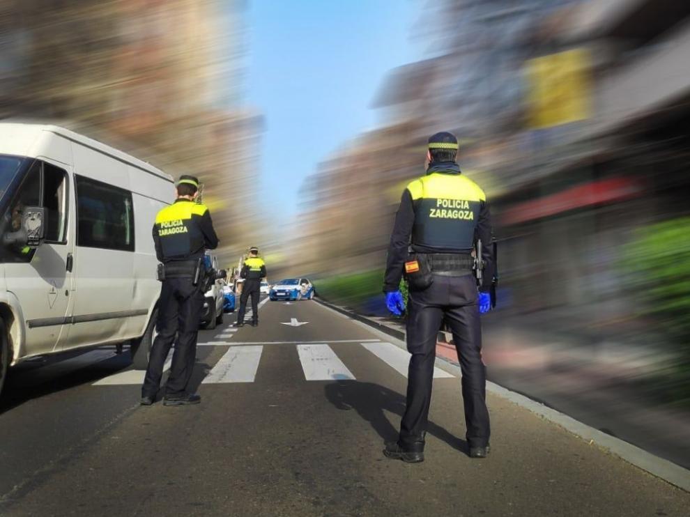 Imagen de archivo de coche y agente de la Policía Local de Zaragoza