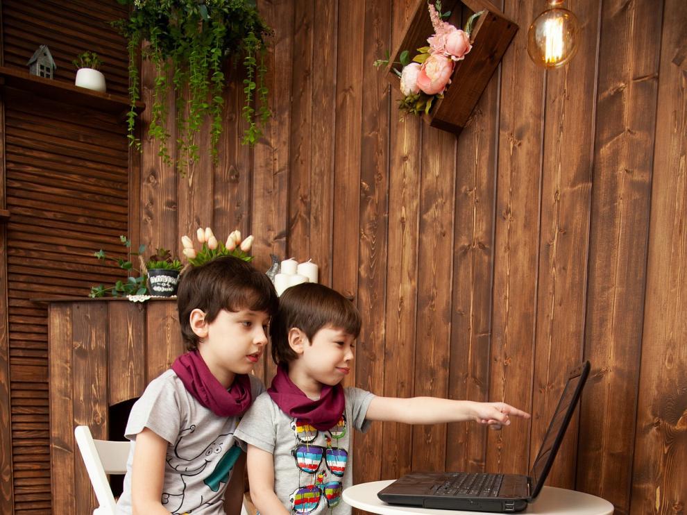 Los niños pueden utilizar varios dispositivos para grabarse y enviar abrazos a familiares.