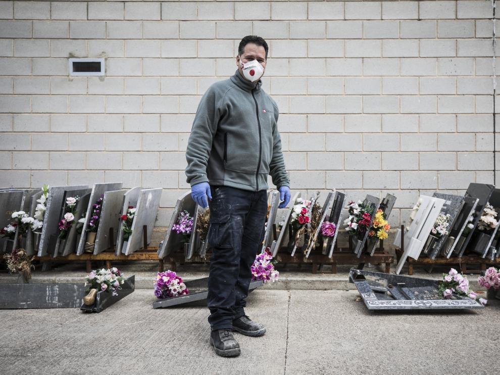Rafael Monteil, de las brigadas municipales del Cementerio de Torrero, con parte de las lápidas retiradas en el mes de marzo.