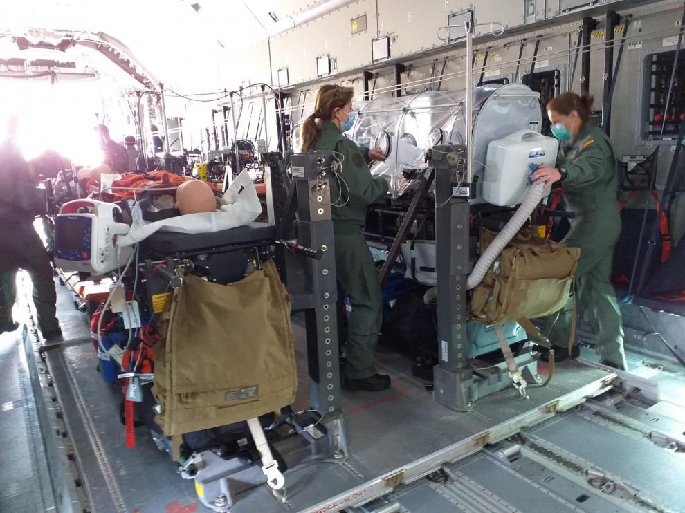 Militares sanitarios de la UMAER al lado de un quirófano de la uci que trasladan en el avión A400M de la Base de Zaragoza durante la prueba de capacitación que fue el miércoles en Torrejón (Madrid).