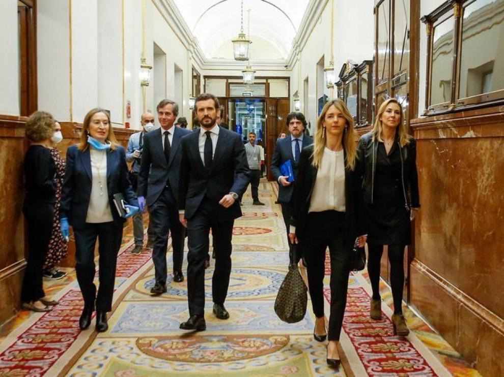 Ana Pastor, con guantes y mascarilla, junto a Pablo Casado a su llegada al pleno del Congreso.