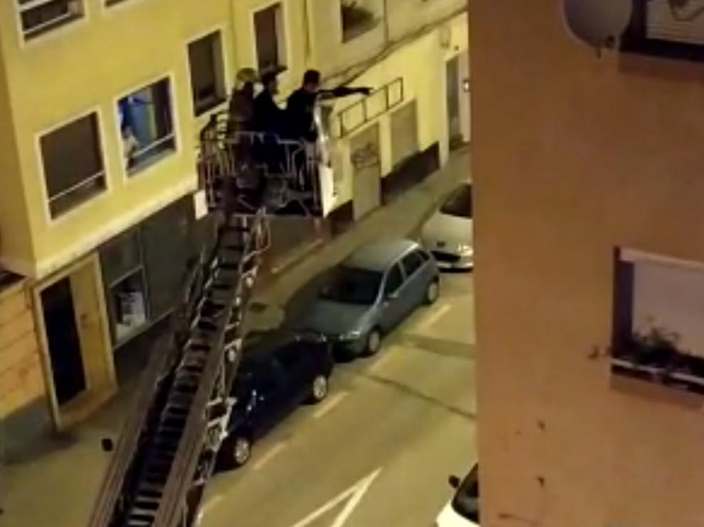 Los Policías tuvieron acceder a la vivienda usando una escala de los bomberos.