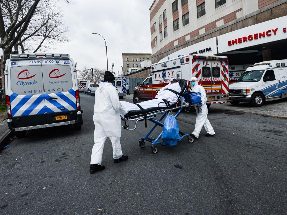 Dos sanitarios trasladan en una camilla a un infectado por coronavirus este miércoles en Nueva York.