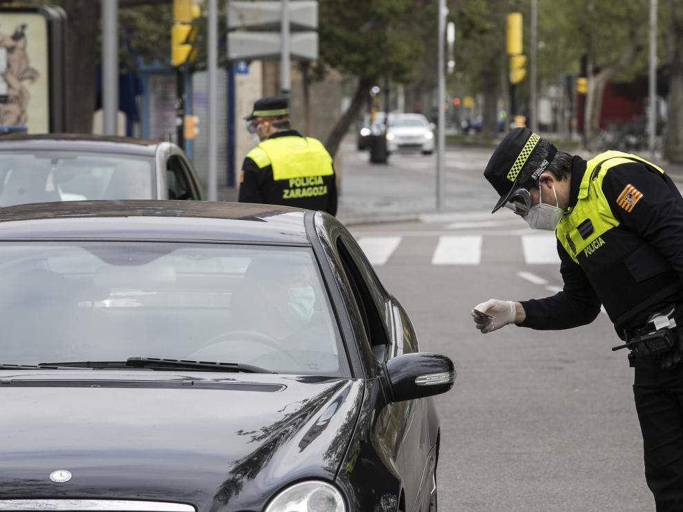 El subinspector Pérez comprueba el carnet a un conductor en el control de la plaza de San Francisco de Zaragoza.