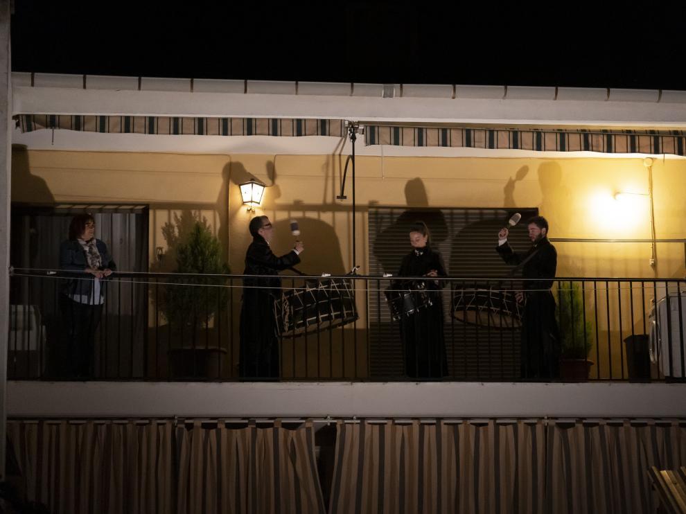 La familia, asomada al balcón de su casa de Híjar, poco antes de comenzar los redobles.