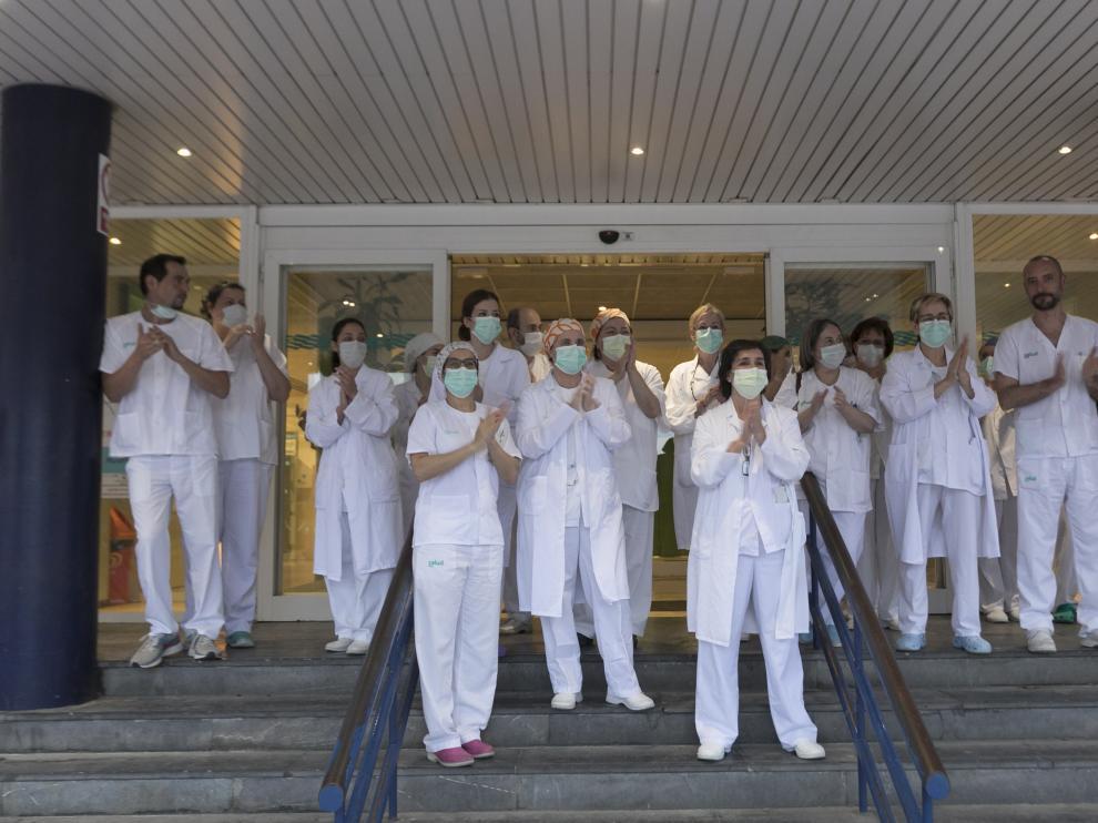 Personal sanitario, aplaudiendo como cada tarde a las 20.00 a las puertas del hospital San Jorge de Huesca.