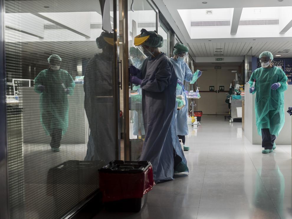 De izquierda a derecha, las sanitarias Elena Marco, Vanesa Giménez y Patricia Carranza, en la uci del hospital Quirón.