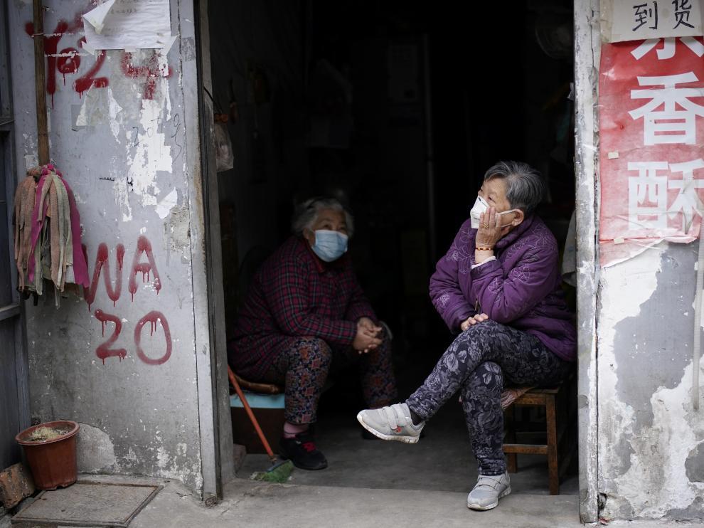 Dos personas con mascarillas este sábado en Wuhan.