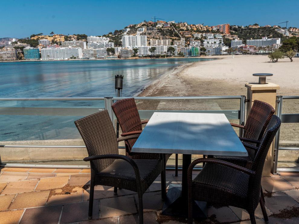 Terraza de un restaurante cerrado con vistas a la playa de Santa Ponça este sábado en Mallorca.