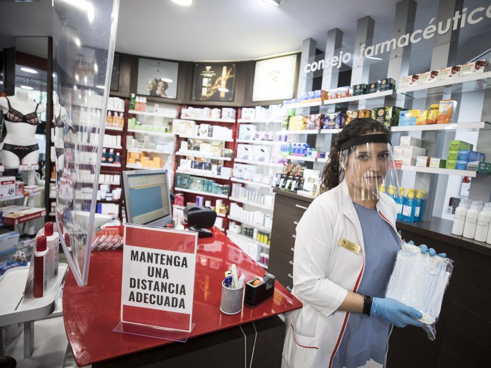 Elena Lacalle, de la farmacia Lacalle, con las mascarillas quirúrgicas que recibió ayer.
