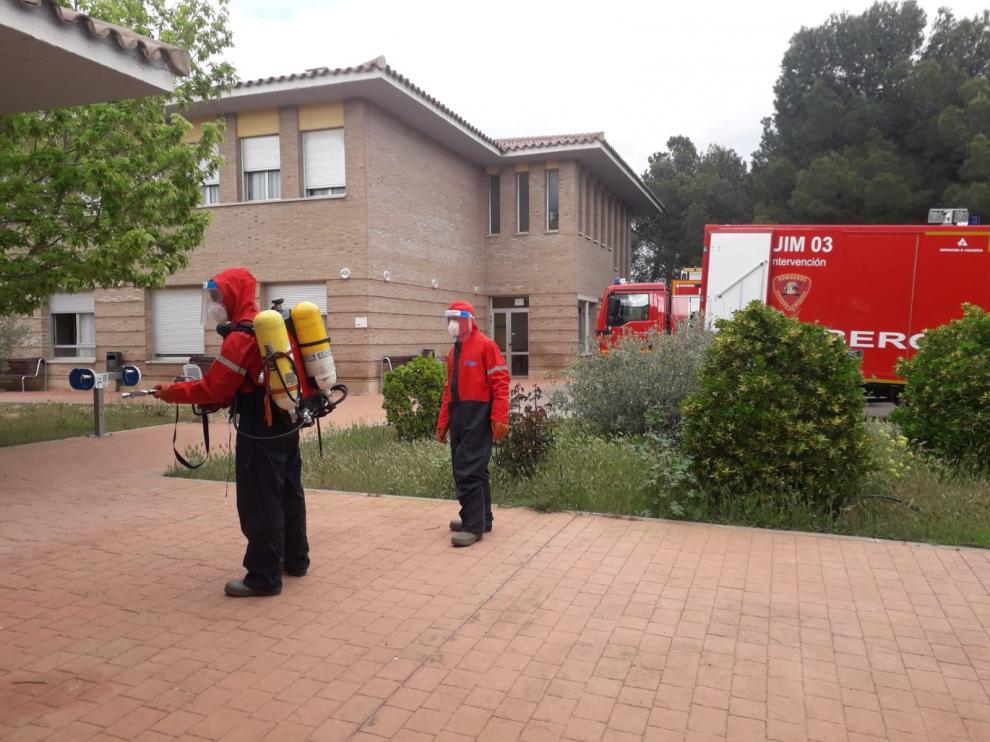 Los bomberos de la Diputación de Zaragoza desinfectan la residencia de mayores de Belchite.