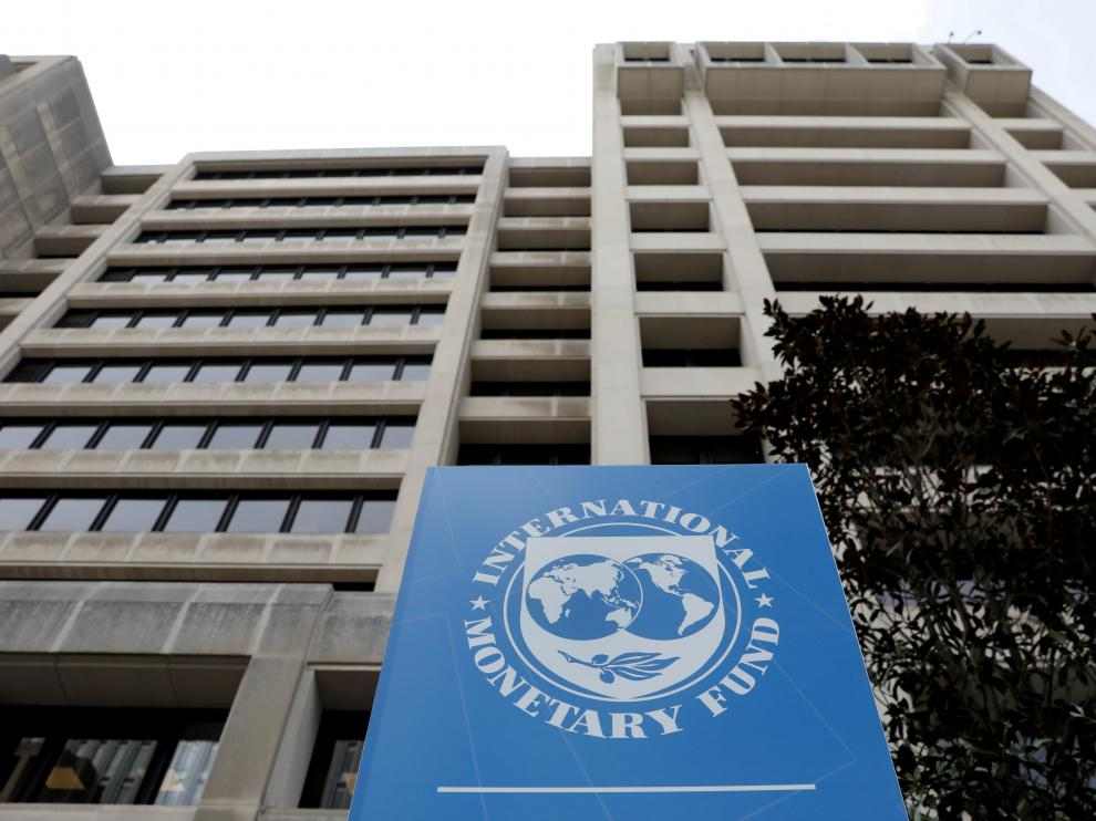 FILE PHOTO: The International Monetary Fund (IMF) headquarters building is seen ahead of the IMF/World Bank spring meetings in Washington, U.S., April 8, 2019. REUTERS/Yuri Gripas/File Photo [[[REUTERS VOCENTO]]] IMF-WORLDBANK/OUTLOOK