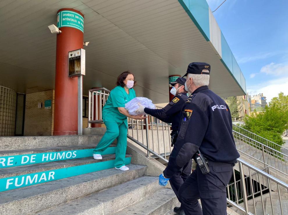 La Policía entrega material en el Hospital Clínico Lozano Blesa.