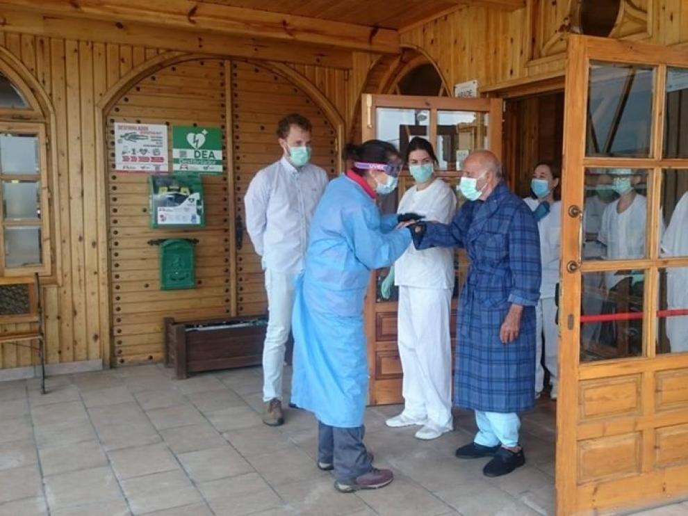Despedida al primer paciente de la residencia de Sabiñánigo que recibió el alta en Yéqueda.