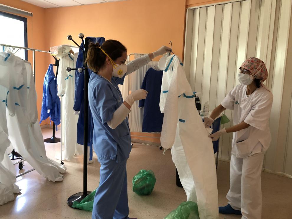Las enfermeras del centro de salud de La Jota se preparan para una visita a domicilio.