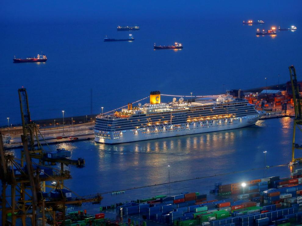 Atraca en Barcelona un crucero tras un mes sin poder tocar tierra por la pandemia