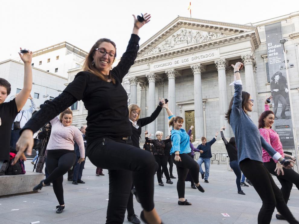 La Academia de las Artes del Folclore y la Jota bailó ante el Congreso para pedir apoyo a la candidatura a Patrimonio de la Humanidad.