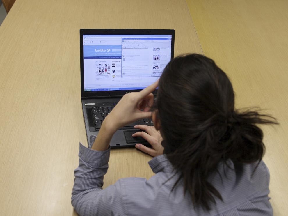 Una imagen de archivo de una joven mirando un ordenador.