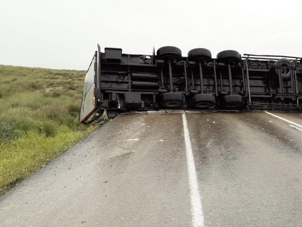 El camión ha cortado los dos carriles de la N-II en sentido Barcelona