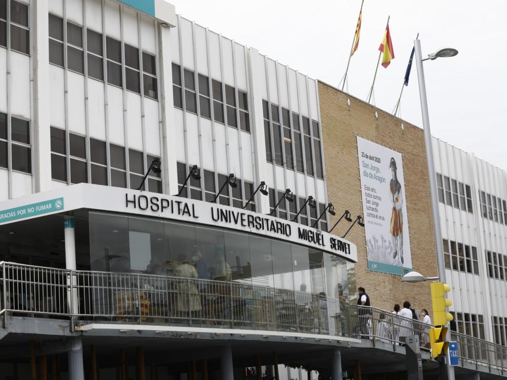 Lona conmemorativa del Día de San Jorge en el hospital Miguel Servet de Zaragoza.