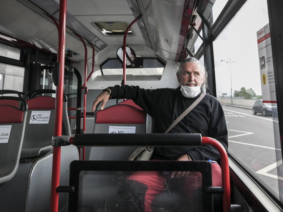 Andrés Guillén, este viernes, en un autobús de Avanza rumbo a recoger su coche para ir a Murillo de Gállego.