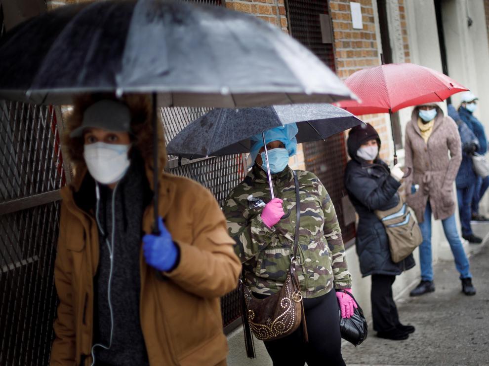 Ciudadanos esperan en filas, a veces hasta por cuatro horas, para realizarse una prueba de coronavirus, en el centro de salud Gotham, en el Bronx, en Nueva York