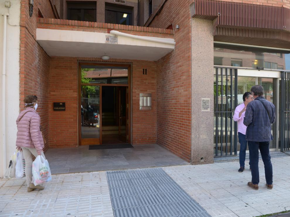 Imagen del portal de la finca de Teruel donde ha aparecido el anciano fallecido.