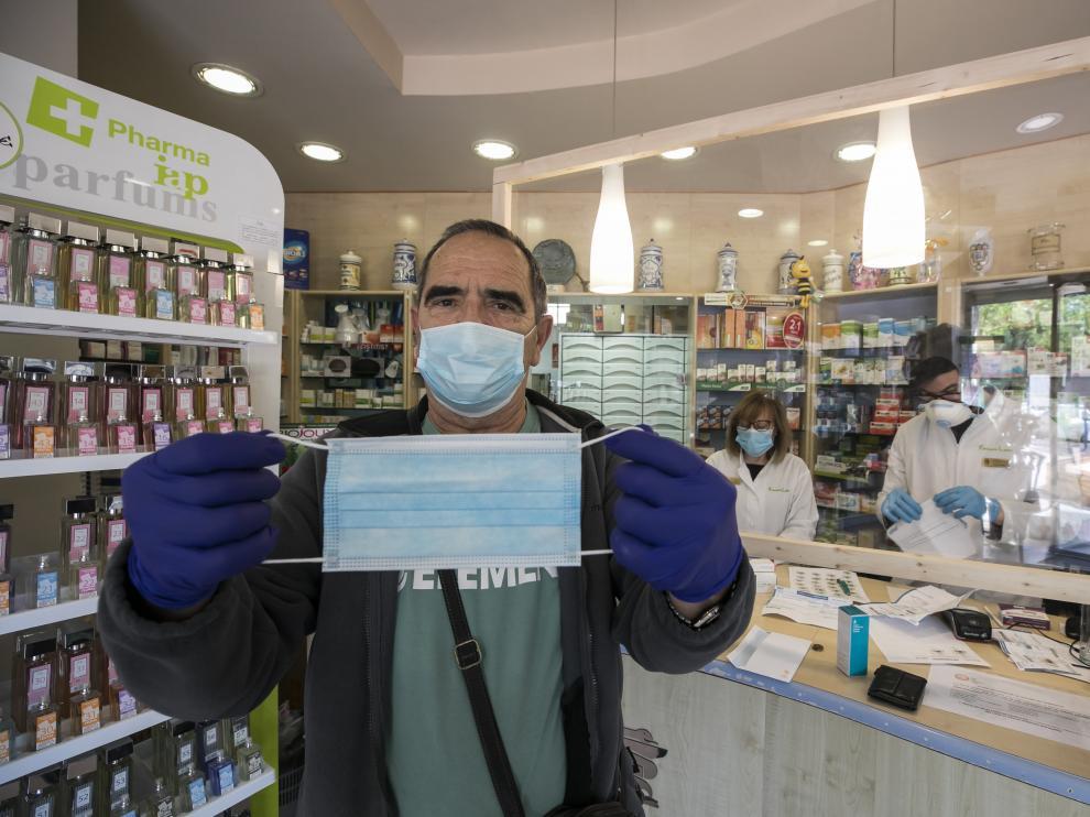El zaragozano Antonio Valdearcos compra mascarillas quirúrgicas en la farmacia Labat, este viernes.