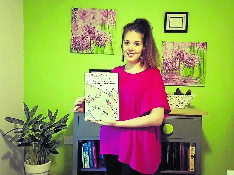 Soraya Plo, con la ilustración que ha dedicado a los periodistas.