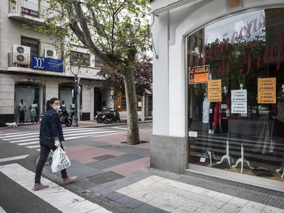 Un local del centro de Zaragoza con un cartel que anuncia que está disponible.