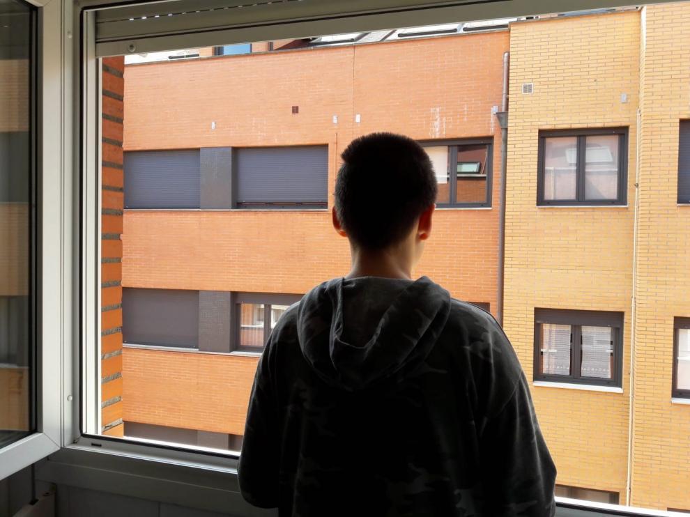 Un niño confinado por el coronavirus en su casa de Oviedo.