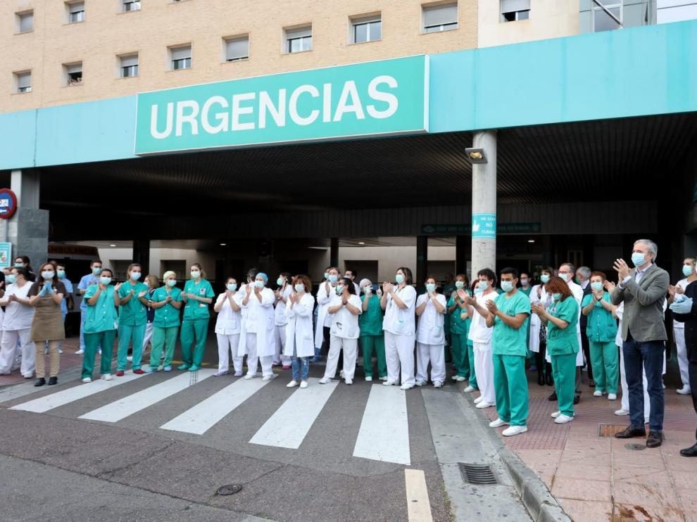 Azcón se suma al aplauso a los sanitarios a las puertas del hospital Miguel Servet