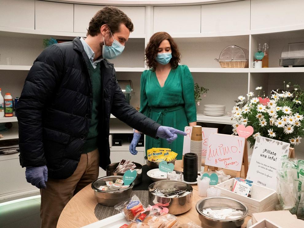 Casado y Ayuso, en la visita que han realizado a un hotel habilitado para el descanso de sanitarios.